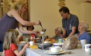 In het kader van de Presentdag serveren gemeenteleden van de NGK Amersfoort-Noord een zelfgemaakte lunch aan dementerende ouderen in multifunctioneel centrum Hart van Vathorst. (beeld NGK Amersfoort-Noord)