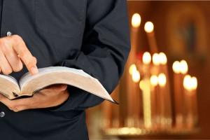 Veel predikers houden de Bijbel zichtbaar open, in de hand of op de kansel. Een veelzeggend beeld! (beeld Billion Photos/Shutterstock)