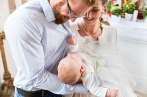 Door de huidige formulering hebben doopouders na de dienst heel wat uit te leggen aan buitenkerkelijke gasten. (beeld kzenon/iStock)