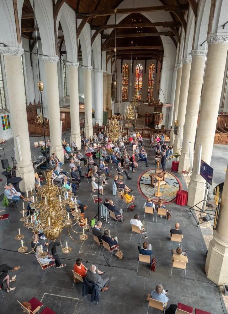 In Schiedam werd Janneke Dekker-de Groot door haar vader dominee Kees de Groot bevestigd als predikant van de NGK. Omdat het eigen kerkgebouw aan de Westvest geen ruimte bood voor alle gemeenteleden en gasten werd uitgeweken naar de middeleeuwse Grote- of Sint Janskerk.